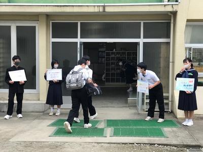 学年委員と生活委員による朝のあいさつ運動の様子