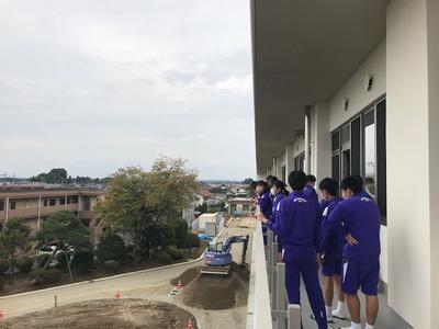 新教室等(3階ベランダ)で外の景色を眺める3年生